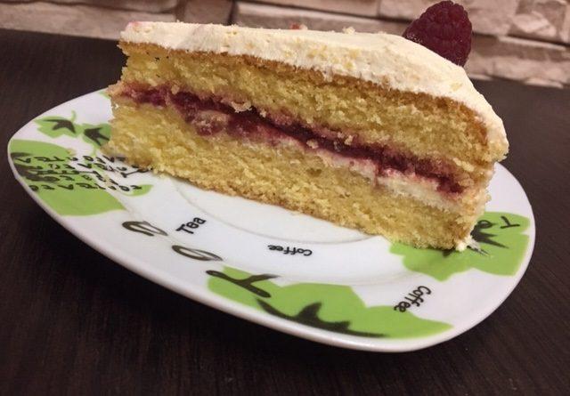 Kawałek tortu waniliowo-malinowego