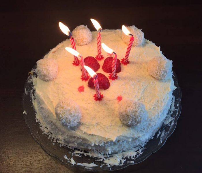 Tort bezglutenowy z kremem z mleka roślinnego